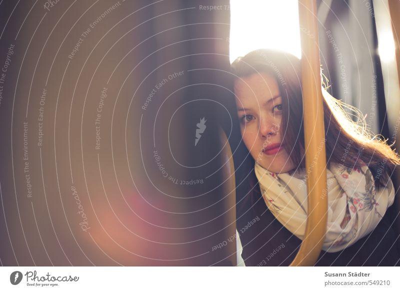 . Mensch feminin Junge Frau Jugendliche 1 13-18 Jahre Kind 18-30 Jahre Erwachsene Schal brünett langhaarig hell schön natürlich Akzeptanz Vertrauen Schutz