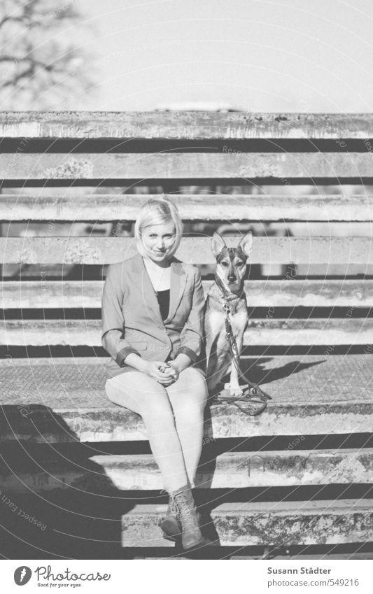 buddies Körper 1 Mensch Mauer Wand Tier Hund Lächeln sitzen Freundschaft Tierliebe Schäferhund blond Junge Frau Schwarzweißfoto Außenaufnahme Tag