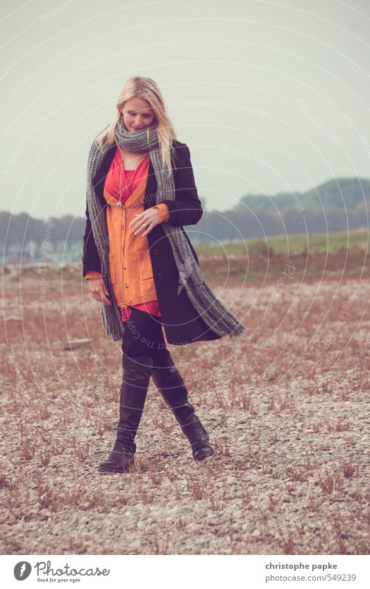 Gegen das Grau Mensch Frau Jugendliche schön Erholung Junge Frau 18-30 Jahre Erwachsene Wiese Herbst feminin Stil gehen Stimmung Mode nachdenklich