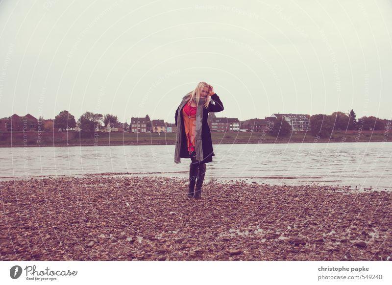 Gegen das Grau II elegant Stil Frau Erwachsene 1 Mensch 18-30 Jahre Jugendliche 30-45 Jahre Herbst schlechtes Wetter Küste Seeufer Flussufer Düsseldorf