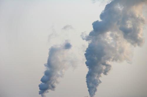 Lufthohheit Himmel Wolken Industriefotografie Rauch Abgas Schornstein Klimawandel Umweltverschmutzung aufsteigen industriell nebeneinander