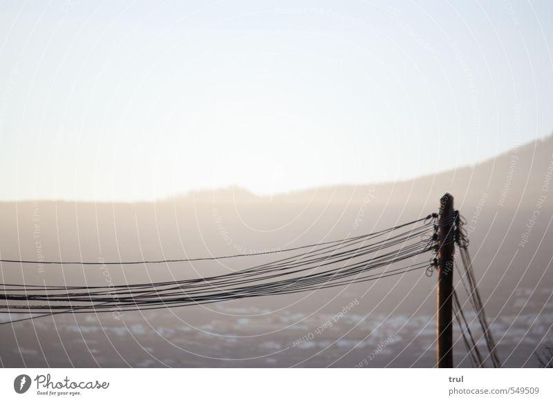 fließender Strom Sommer Landschaft hell Linie Horizont Energiewirtschaft Elektrizität Netzwerk Dorf Strommast parallel verbinden elektrisch Sendemast Leistung