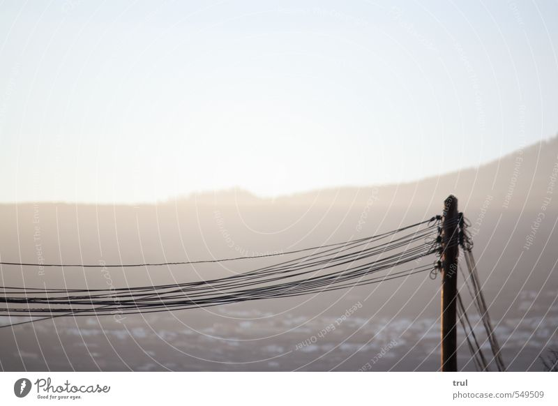 fließender Strom Sommer Landschaft hell Linie Horizont Energiewirtschaft Elektrizität Netzwerk Dorf Netz Strommast parallel verbinden elektrisch Sendemast Leistung