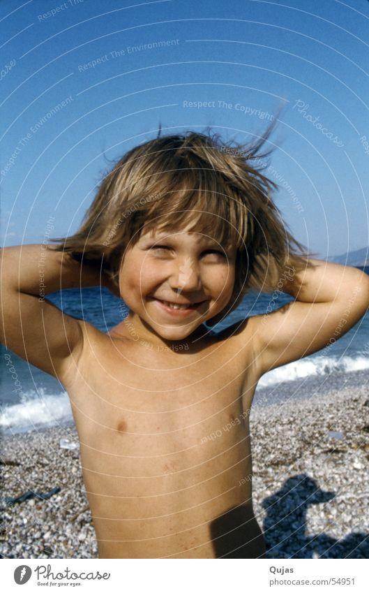 Klein Mirko in Griechenland Ferien & Urlaub & Reisen Strand Fröhlichkeit Verschmitzt Kind Oberkörper Zufriedenheit Junge Glück grinsen children mukies superkid
