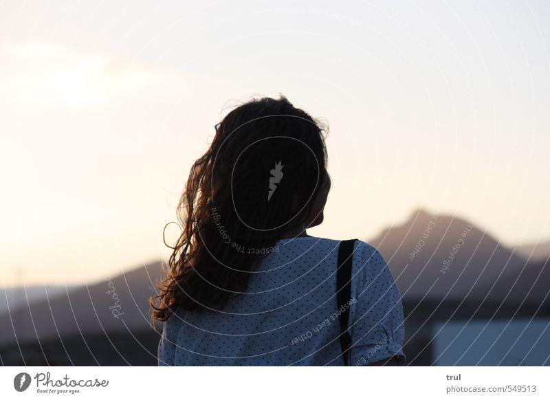 oh du weite ferne... feminin Junge Frau Jugendliche Kopf Rücken 1 Mensch 18-30 Jahre Erwachsene Himmel Horizont Sonnenlicht Sommer Berge u. Gebirge Kleid