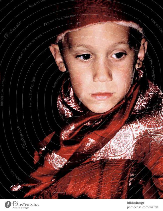 besinnen Kind rot Junge Müdigkeit Mütze silber verträumt besinnlich