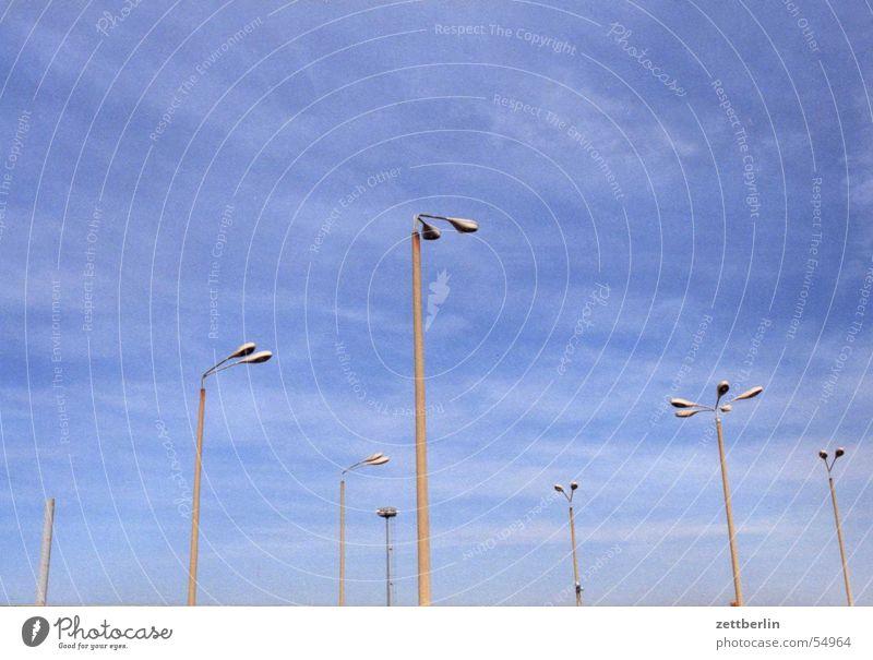 Lichtmasten Laterne Straßenbeleuchtung Parkplatzbeleuchtung Flutlicht Platz Luft luftig Detailaufnahme Himmel Beleuchtung schleierwolken blau Freiheit