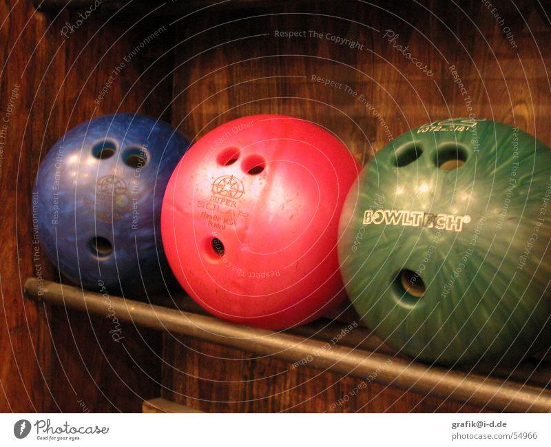 was für ein spiel! Bowling Loch Überraschung rot grün 3 lustig Spielen Kugel Gesicht Auge Mund staunen blau Sport beobachten Innenaufnahme