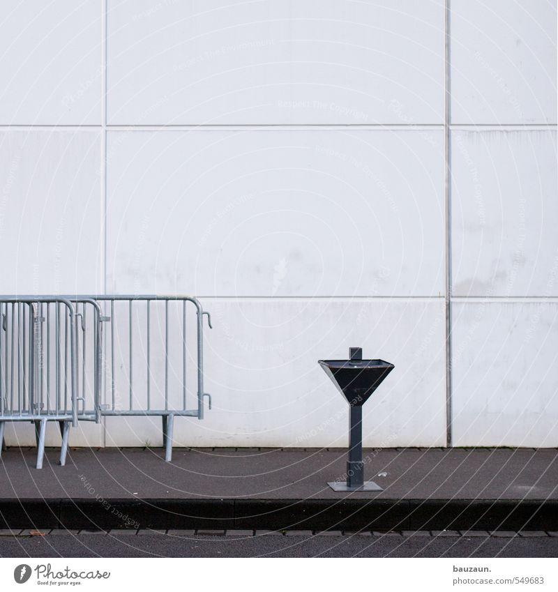 raucherpause. Nachtleben Veranstaltung Club Disco Bar Cocktailbar Mauer Wand Fassade Zaun Bauzaun Aschenbecher Stein Beton Metall Linie eckig Stadt grau schwarz