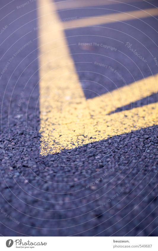 auf die spitze getrieben. Stadt schwarz gelb Straße Bewegung Wege & Pfade grau Linie Schilder & Markierungen Platz gefährlich Spitze bedrohlich Wandel & Veränderung Streifen Wut
