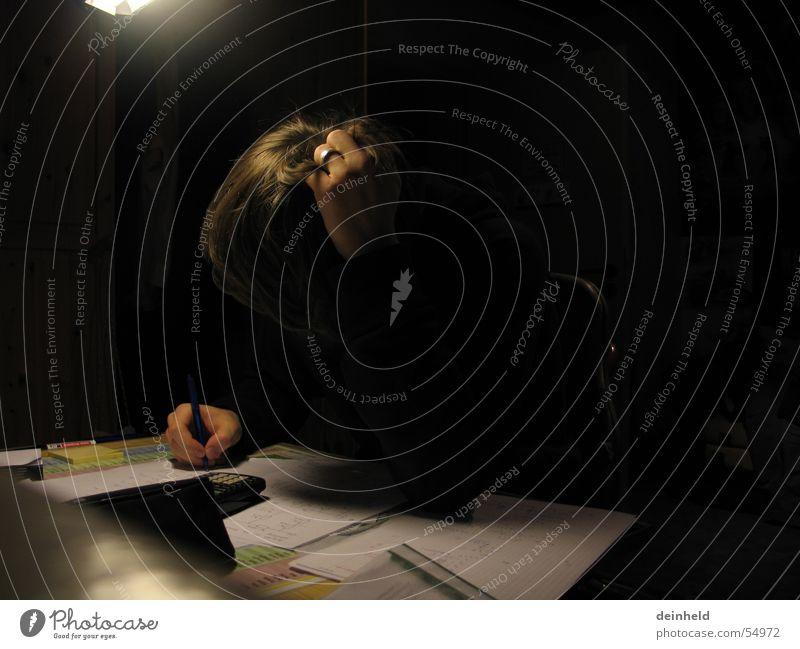 Beim Lernen Arbeit & Erwerbstätigkeit Büro Buch Studium lernen Bildung Schreibtisch Konzentration Schreibstift Schüler Zeitschrift Schulkind Heft Taschenrechner verbissen