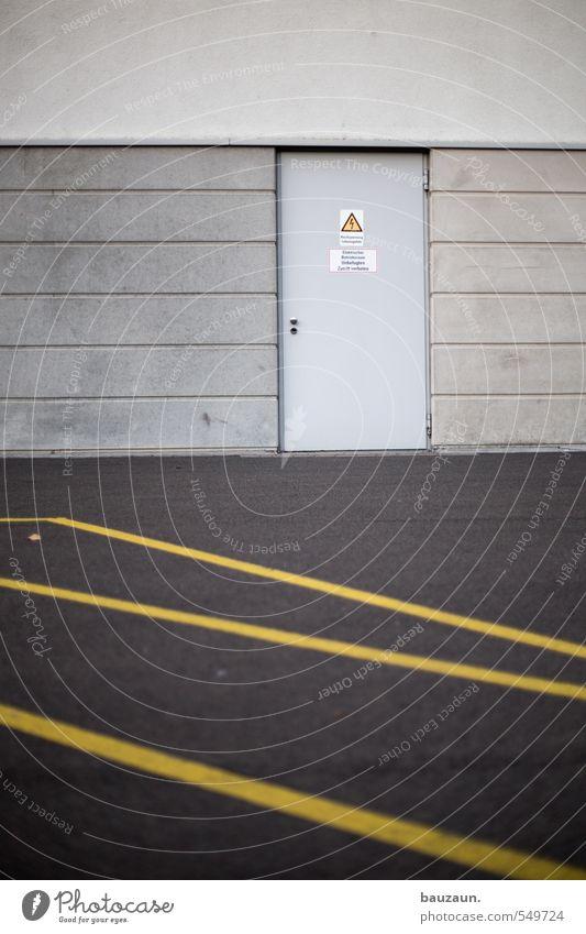 zweigeteilt. Arbeitsplatz Fabrik Industrie Handel Güterverkehr & Logistik Dienstleistungsgewerbe Industrieanlage Platz Parkhaus Bauwerk Gebäude Architektur