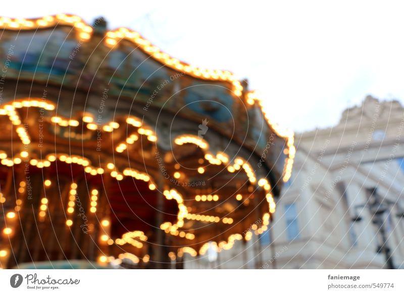 manège pour enfants Freude Weihnachten & Advent Jahrmarkt Kind Kleinkind Kindheit Marseille Frankreich Stadtzentrum Spielplatz Spielen mehrfarbig gelb gold