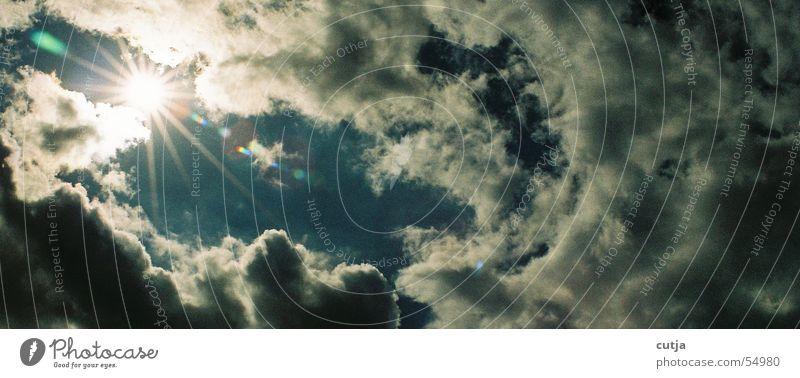 Himmelskörper Wolken schlechtes Wetter Sonnenstrahlen träumen Strahlung blenden Sehnsucht himmlisch Gewitter Blendenfleck Wolkenloch Momentaufnahme