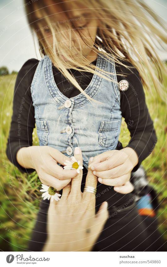 Ring aus Blume Mensch Kind Himmel Natur Sommer Hand Mädchen Freude Gesicht Umwelt Leben Gras Haare & Frisuren Kopf Freizeit & Hobby Körper
