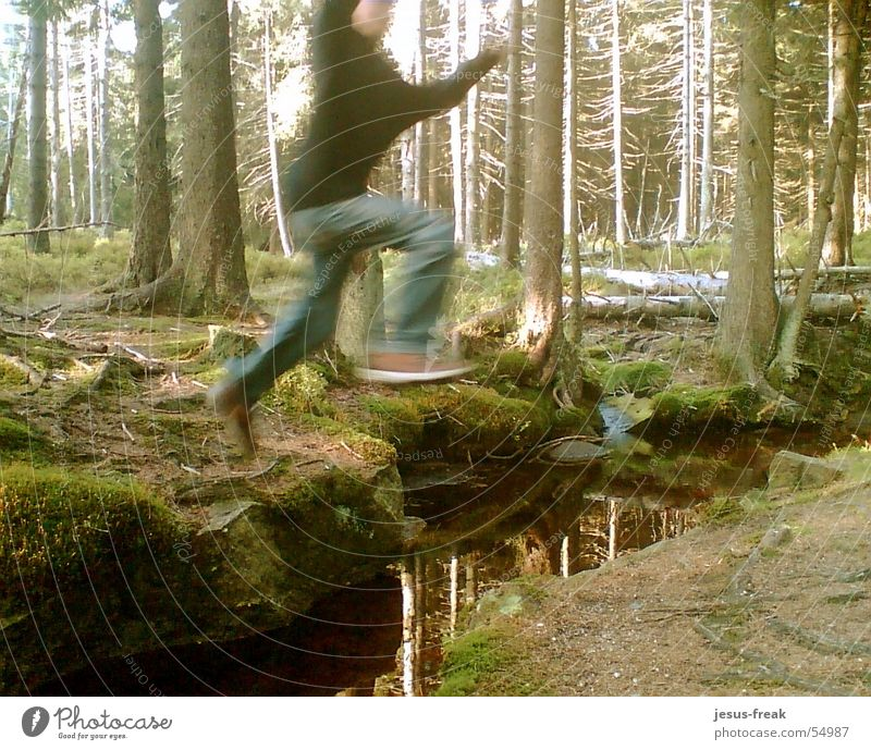 JumP_HigH springen Wald Bach in der luft in the air high fliegen fly flying forrest brook