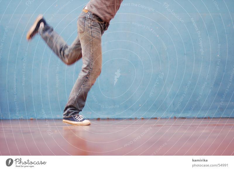 80er turnästhetik alt blau Wand Bewegung Tanzen laufen Jeanshose Hose Turnschuh Chucks Turnen Sporthalle old-school Schuhe