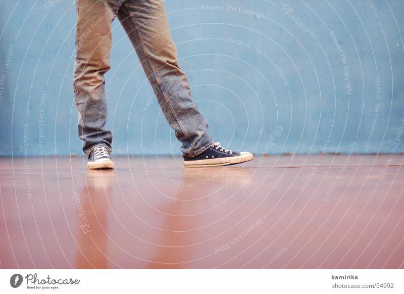 80er turnästhetik die 2te alt blau Wand Bewegung Tanzen laufen Jeanshose Hose Turnschuh Chucks Turnen Sporthalle old-school