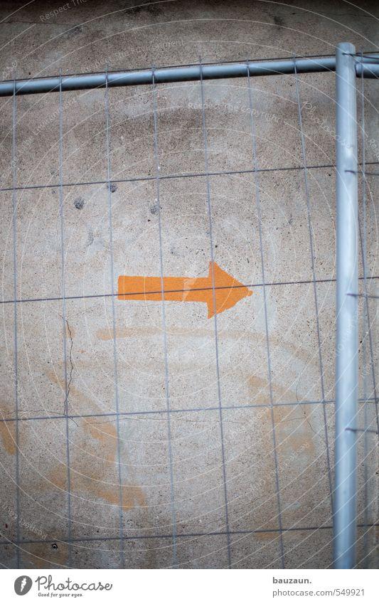 richtung bauzaun. Wand Wege & Pfade Mauer grau Stein Linie Metall orange Fassade gefährlich Beton Beginn Zukunft planen Schutz Baustelle