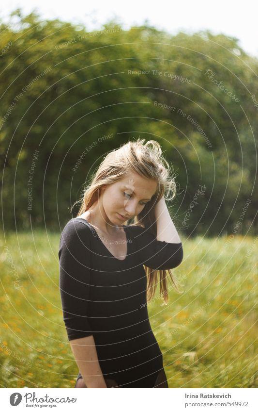 Natur Jugendliche schön grün Pflanze Sommer Sonne Junge Frau Landschaft Blume Freude schwarz 18-30 Jahre Gesicht Erwachsene Leben
