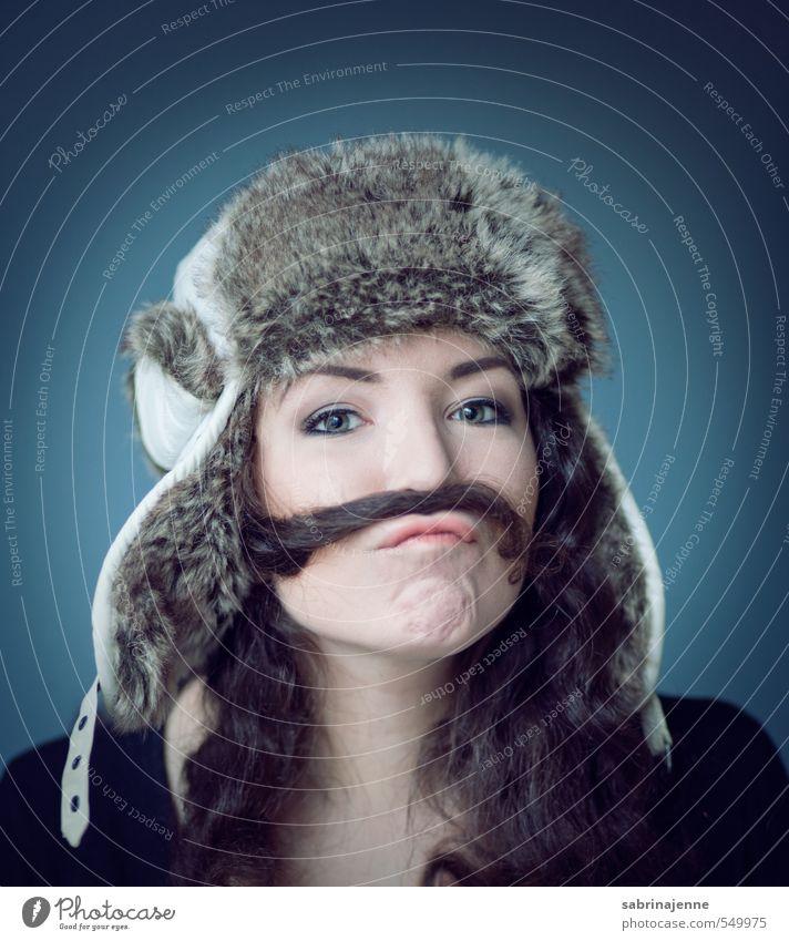 kapitän Mensch Frau Jugendliche Junge Frau Freude 18-30 Jahre Erwachsene feminin lustig Mund Bart Mütze Locken brünett langhaarig Accessoire
