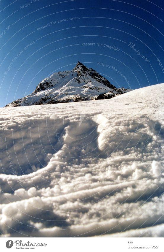 BergWinter01 Berge u. Gebirge Alpen Schnee Natur Wolkenloser Himmel Schönes Wetter Gipfel Skipiste Froschperspektive Hochformat Menschenleer aufwärts