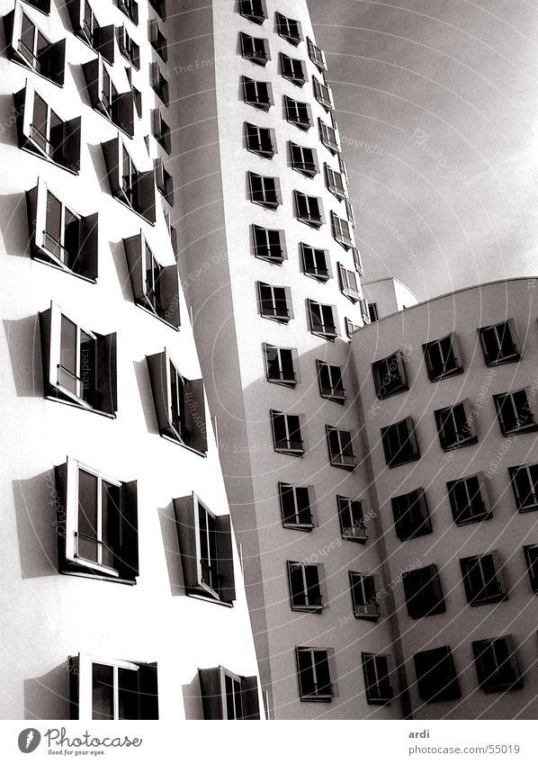 Gehry Haus Fenster Gebäude Wellen Kunst Düsseldorf seltsam krumm Zollhof Gehry Bauten