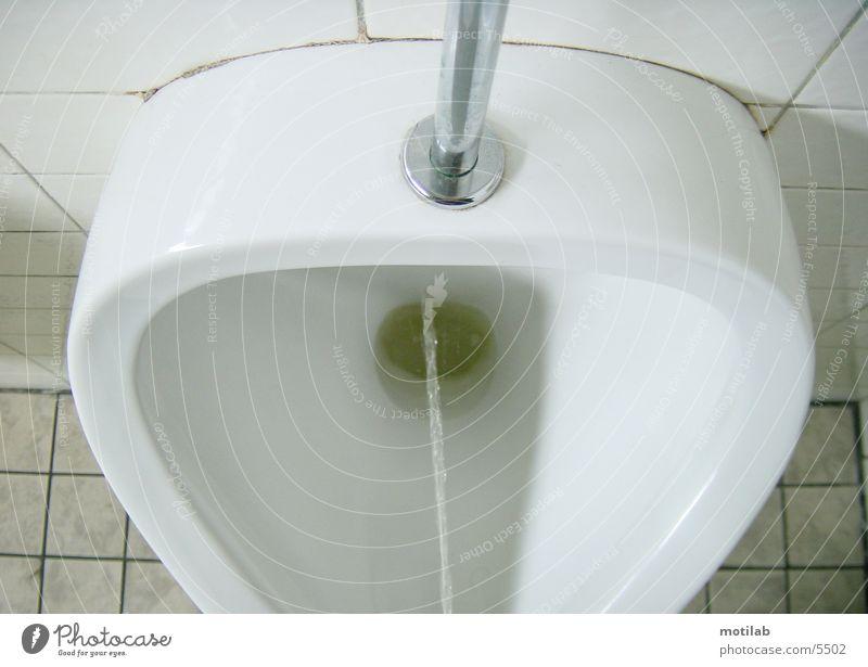 ich muss mal!! Mensch urinieren Urin Pissoir