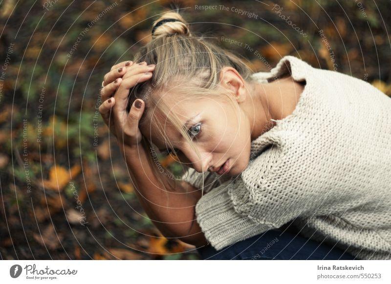 Mensch Natur Jugendliche schön Hand Einsamkeit Junge Frau 18-30 Jahre Gesicht Erwachsene kalt Herbst Gras Haare & Frisuren Denken träumen