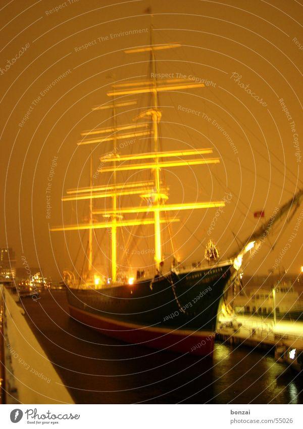 Schiff im Schnee Wasserfahrzeug Winter gelb Hamburg Hafen