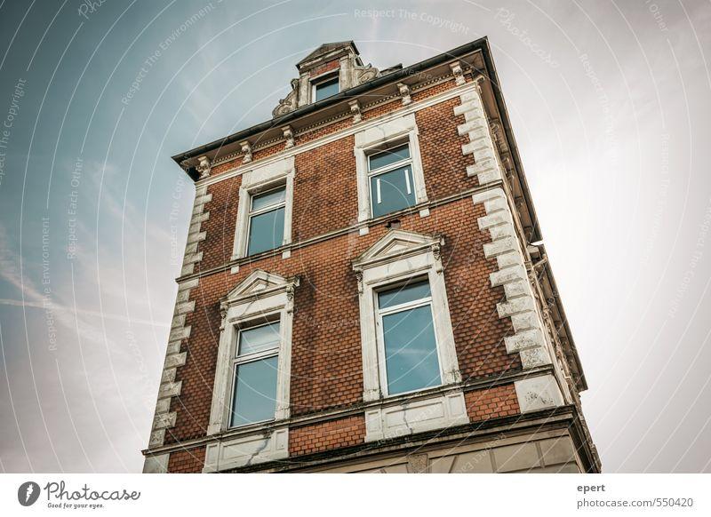 Kulisse alt Stadt Haus Fenster Wand Mauer Gebäude Stein Fassade groß Perspektive hoch bedrohlich Turm retro Bauwerk