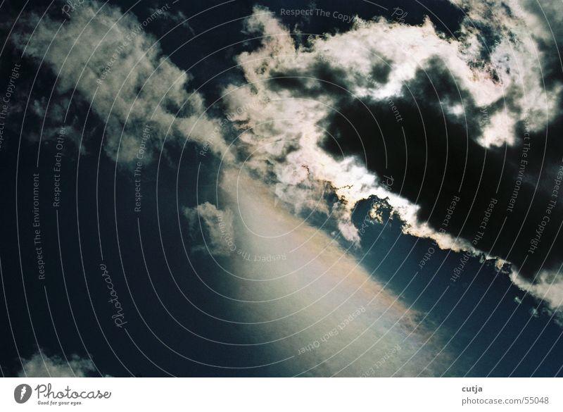 wolkenbruch Wolken schlechtes Wetter Sonnenstrahlen träumen Strahlung blenden Sehnsucht himmlisch Himmel Gewitter Wolkenloch Momentaufnahme