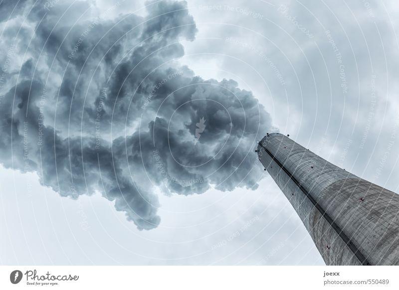 Rauchentwicklung Umwelt Luft Himmel Wolken Klima schlechtes Wetter Schornstein bedrohlich dick dunkel groß trist blau grau Endzeitstimmung Umweltverschmutzung