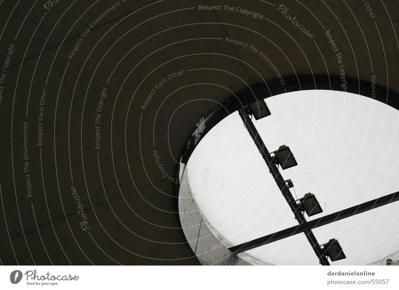 Durchblick Dach Aussicht Luke Blech Beton Loch Himmel Scheinwerfer Detailaufnahme Kreis Metall