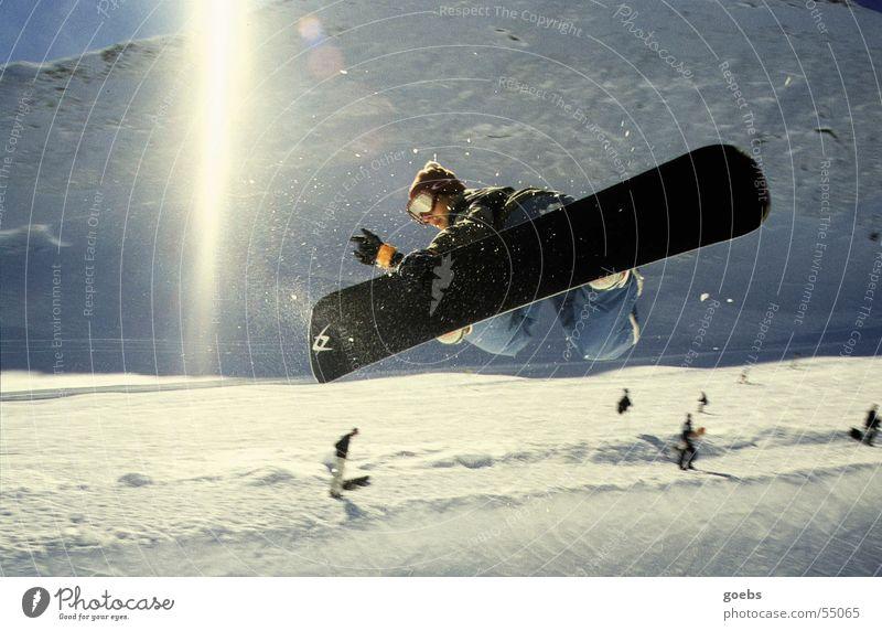 pipe 01 Snowboard Halfpipe Winter Sport Schnee Funsport Wintersport Sonnenstrahlen angewinkelt hoch Mut talentiert Gegenlicht Außenaufnahme Farbfoto Snowboarder