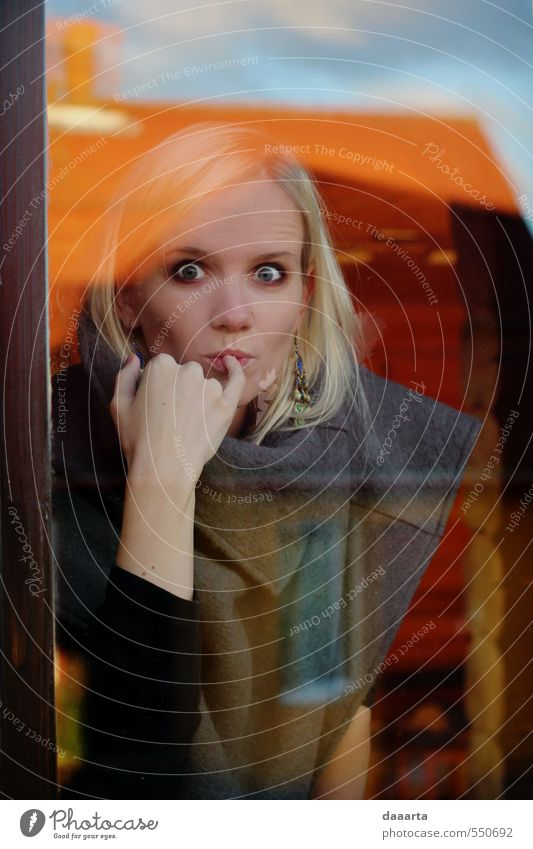 Überraschungseffekt feminin Junge Frau Jugendliche Erwachsene 1 Mensch 18-30 Jahre Himmel Wolken Dorf Fenster Dach Ponco Schmuck Ohrringe blond