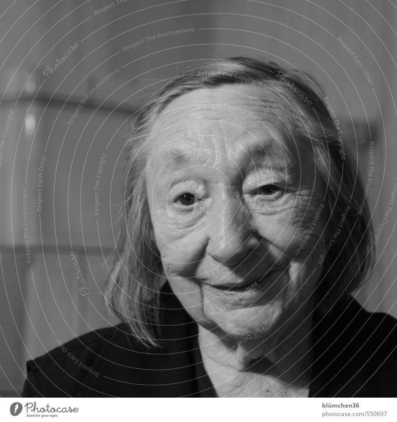 Spaßgesellschaft | Es war nicht immer spaßig... Mensch Frau alt Gesicht Erwachsene feminin Senior lachen Gesundheit Kopf Zufriedenheit authentisch 60 und älter