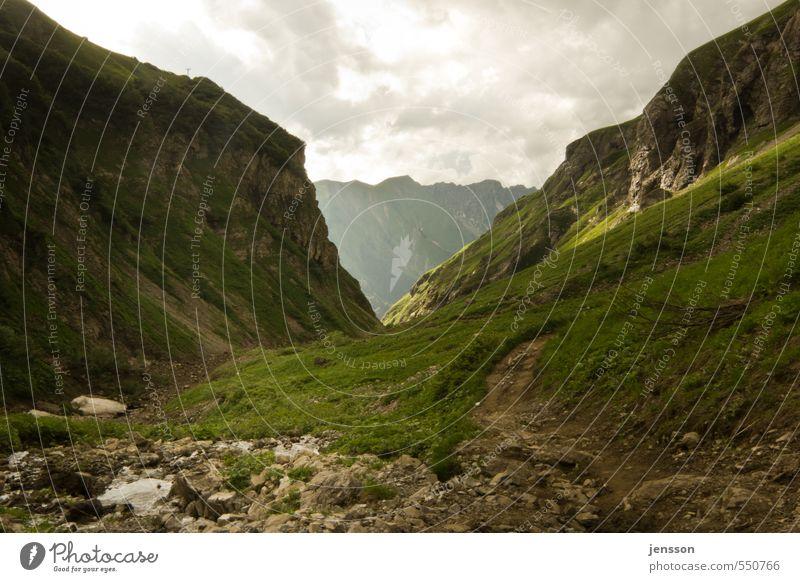 Dieser Weg wird kein leichter sein… Himmel Natur grün Sommer Landschaft Wolken Ferne Umwelt Berge u. Gebirge Wege & Pfade Stein wandern Ausflug Aussicht