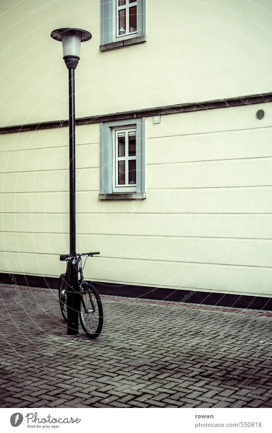 abgestellt Fassade Fenster Stadt Straßenbeleuchtung Fußgängerzone Fahrrad parken anlehnen Pflastersteine Heftpflaster Innenhof Farbfoto Außenaufnahme