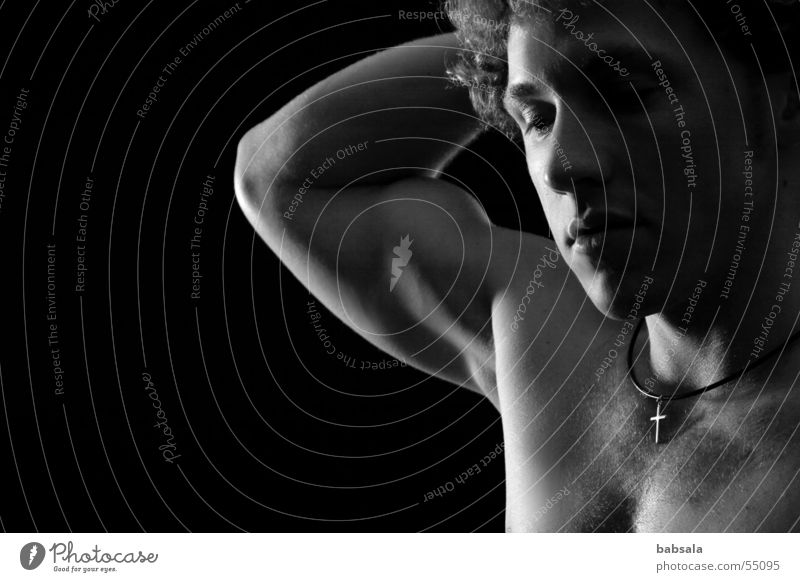 silence Mann ruhig Trauer Muskulatur Akt Vor dunklem Hintergrund