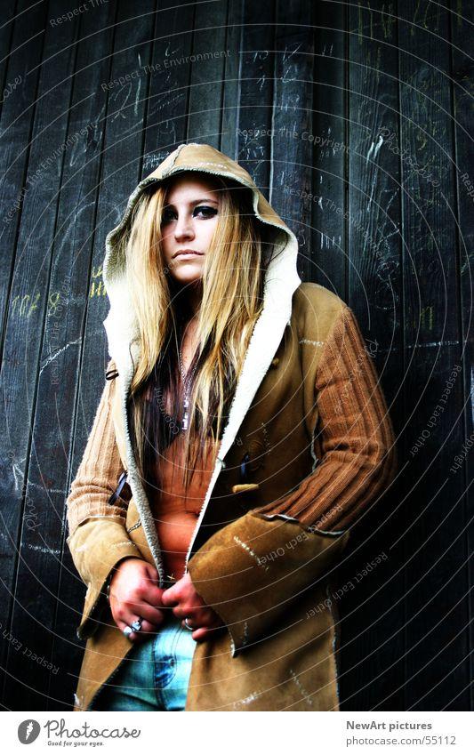 nasti outdoor Model Frau Mantel Wand braun Holz Mensch Gesicht Kapuze Haare & Frisuren Blick Auge