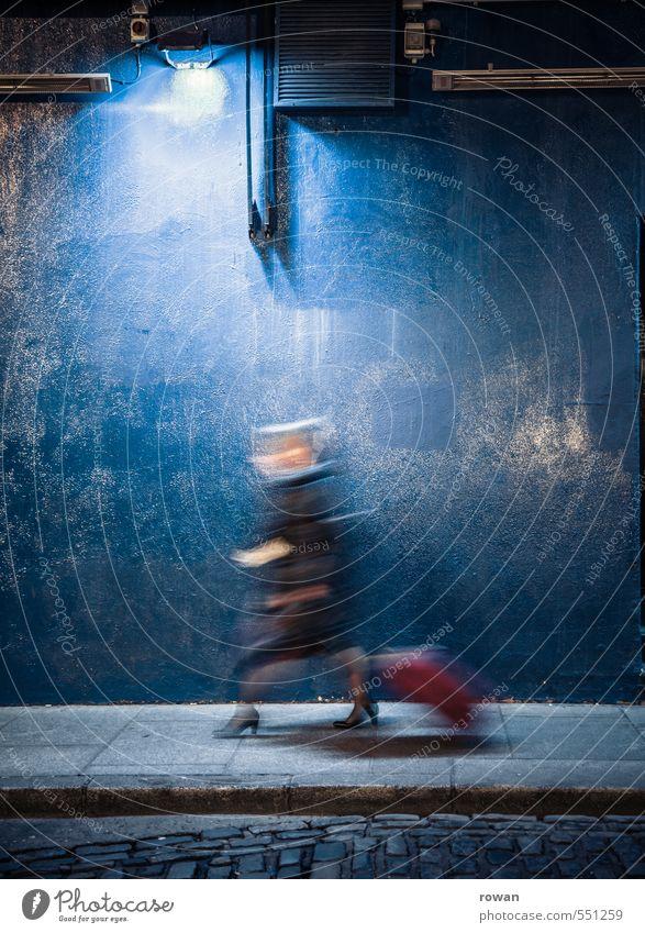 Eile Mensch feminin Frau Erwachsene 1 gehen laufen Bewegung Ferien & Urlaub & Reisen Stress Termin & Datum Koffer Damenschuhe Business Geschäftsmann unterwegs