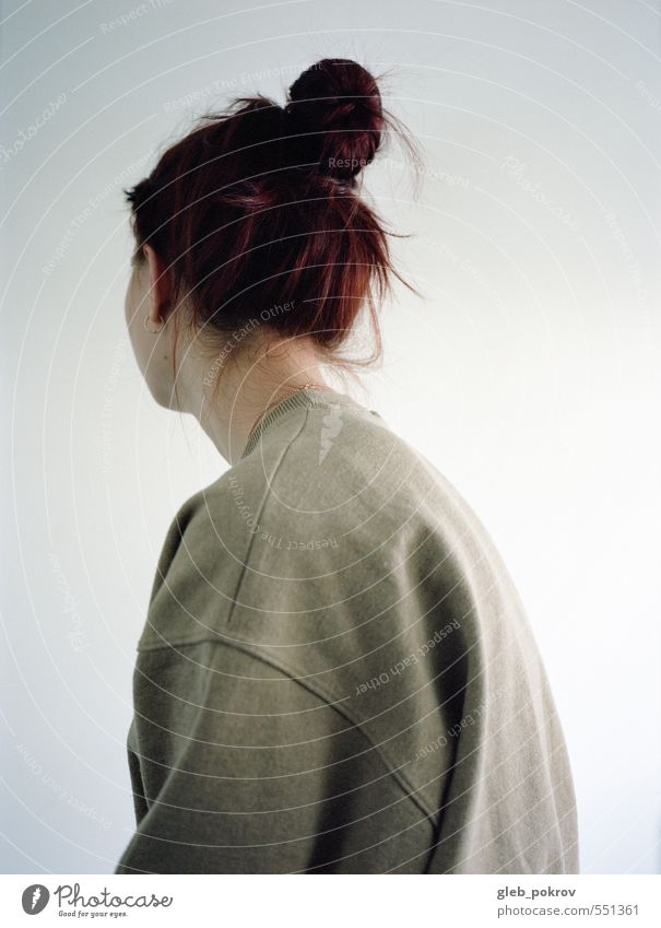 Doc #Back Lifestyle Stil Haare & Frisuren Mensch Junge Frau Jugendliche Kopf Ohr Rücken 1 18-30 Jahre Erwachsene Mode Bekleidung Pullover rothaarig Denken