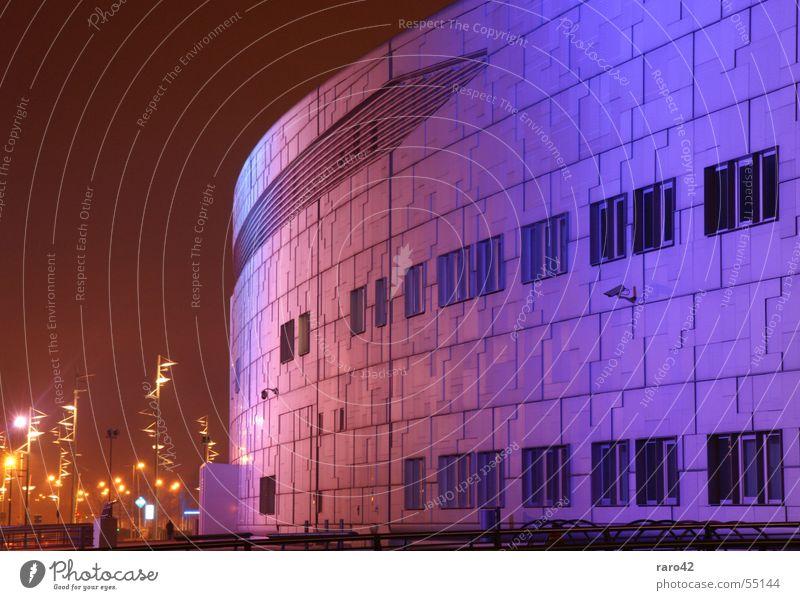 millionengrab Bremen Gröpelingen Gebäude schön Licht mehrfarbig Lampe Nacht Nachtaufnahme Langzeitbelichtung Außenaufnahme spacecenter spaceig lila bis weiss