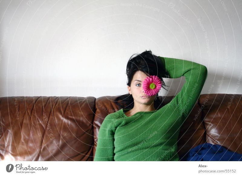 Auf´s Auge Frau schön Leder Sofa Sessel braun grün Blume Blüte rosa Wohnzimmer ungeschminkt sitzen Pflanze Erholung wartem lustig Freude Romantik