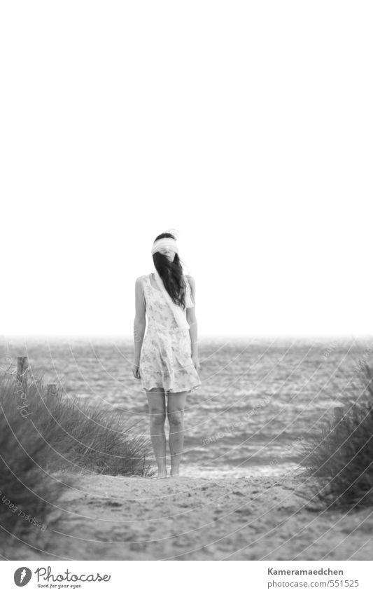 Seltsam, im Nebel zu wandern... Mensch Frau Natur Wasser Sommer Einsamkeit Strand Erwachsene Traurigkeit Gefühle feminin Sand Horizont Wellen Nebel stehen