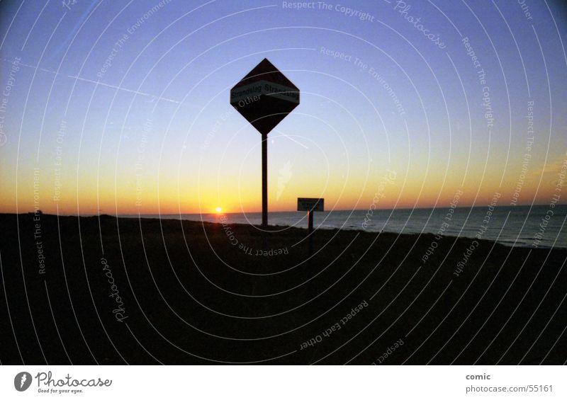 Sonnenuntergang Meer kalt flach Horizont Ferne Physik Romantik beeindruckend Europa Strand nass tauchen harmonisch ruhig Wärme Landschaft Himmel mehrfarbig