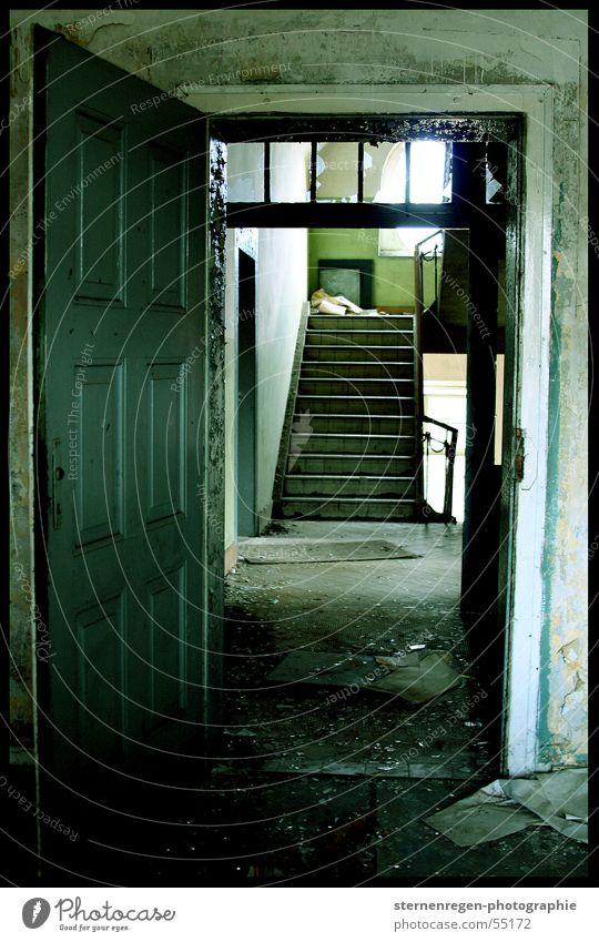aussichten alt Einsamkeit dreckig leer Treppe kaputt verfallen Verfall Treppenhaus Staub verwüstet