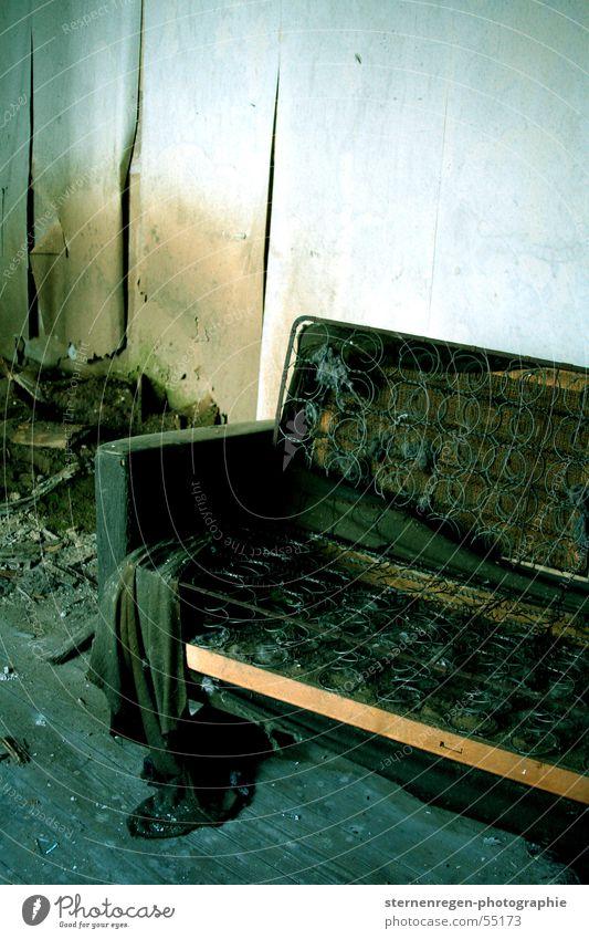 federn Sofa Verfall Zerstörung verwüstet Staub alt dreckig