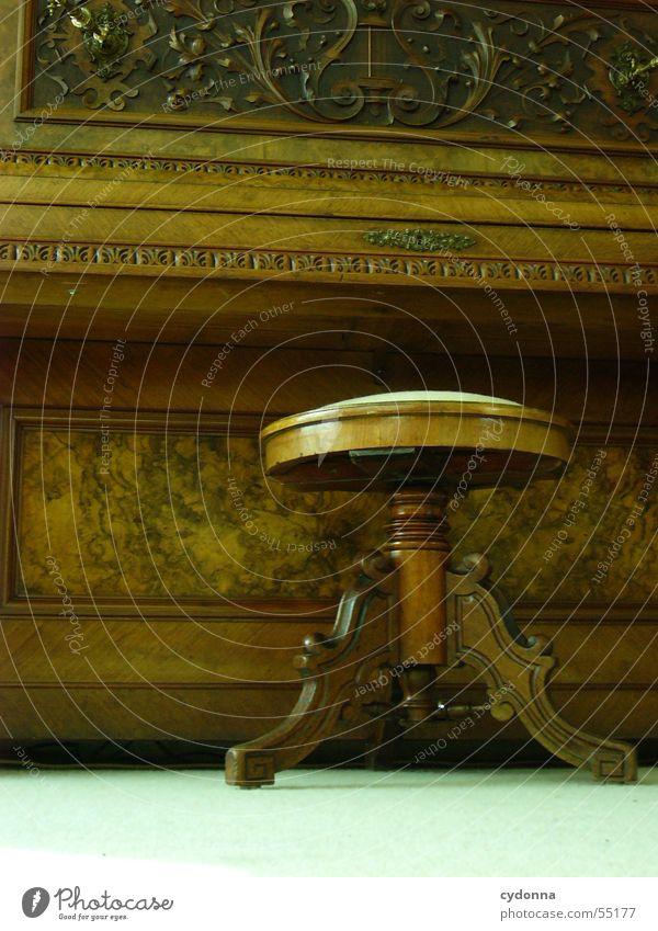 Am Piano Klavier Hocker Holz Schnitzereien Ornament musizieren Stillleben historisch Schlüsselloch Saiteninstrumente komponieren Stimmung Stuhl Sitzgelegenheit